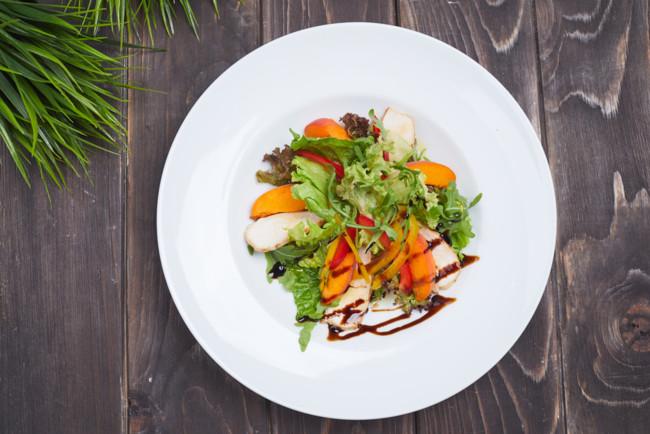 Рецепт летнего салата с персиками, хамоном и моцареллой