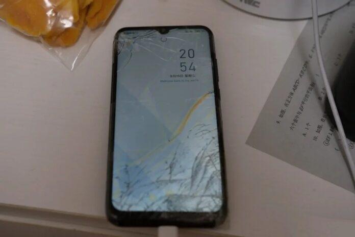 Популярный смартфон Xiaomi выжил после падения с 8-го этажа