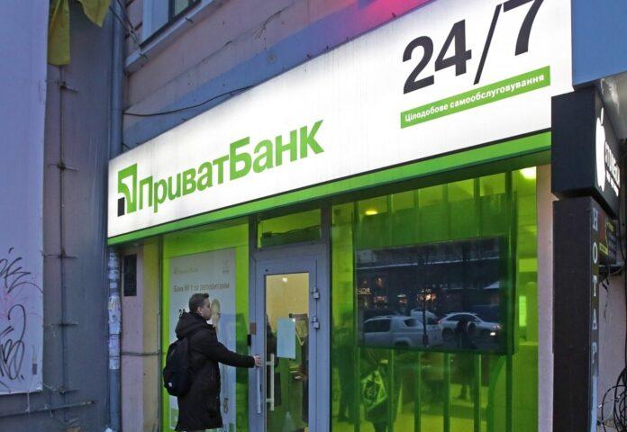 ПриватБанк блокирует карты и обвиняет клиентов в мошенничестве