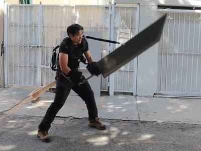 Экзоскелет помог блогеру поднять большой и тяжёлый меч