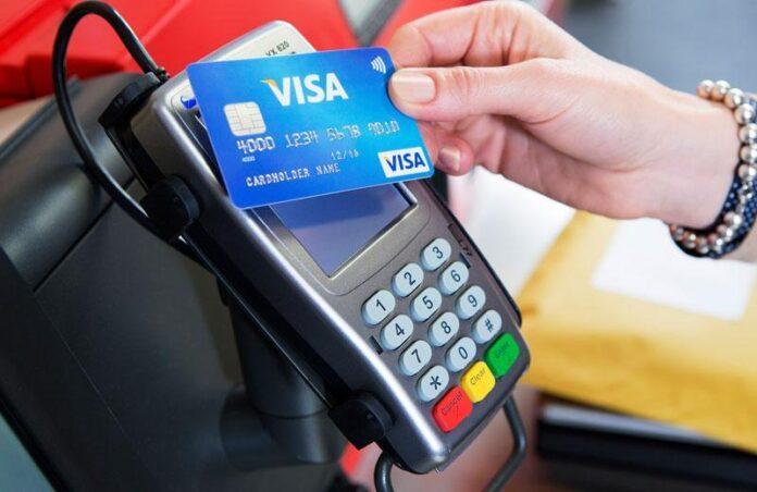 В Украине могут снизить стоимость оплаты картой в три раза, но ПриватБанк против