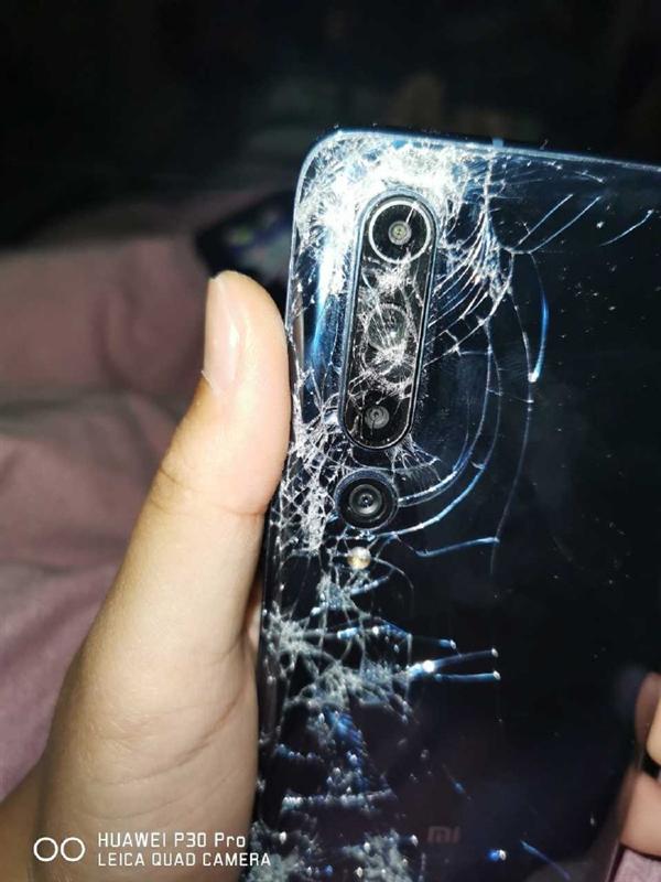 Даже раздавленный автобусом Xiaomi Mi 10 все еще можно использовать