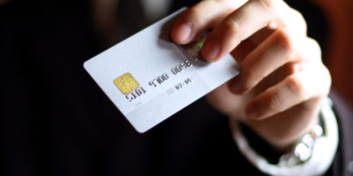 Мошенники вгоняют украинцев в долги, «арендуя» банковские карты