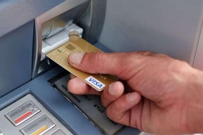 Что делать, если банкомат не выдает деньги после их списания